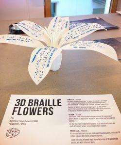 Gadget di DWS: sei violette #3D riprodotte con un codice Braille su ogni petalo, per formare una poesia