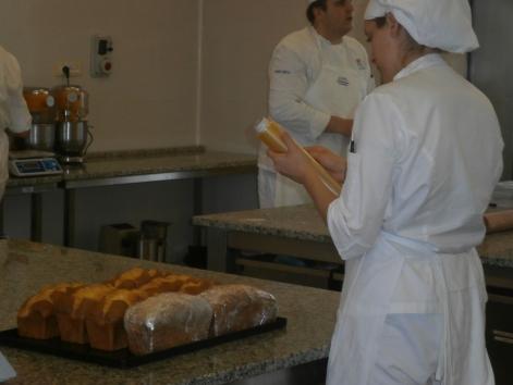 Preparazione dei panettoni - ALMA