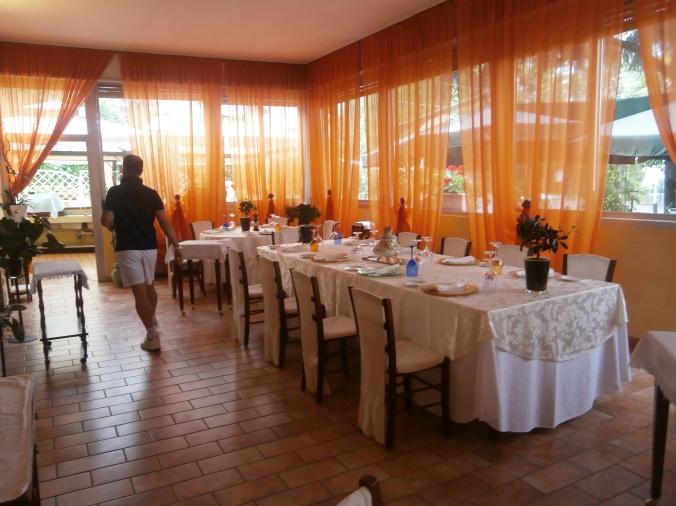 La sala del Ristorante della Scula di Serramazzoni e il Direttore Giuseppe Schipano