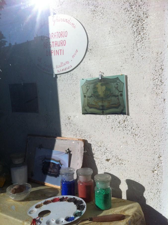 Vetrina del laboratorio di Restauro Pittorico di Elisabetta Ghirardini- Reggio Emilia