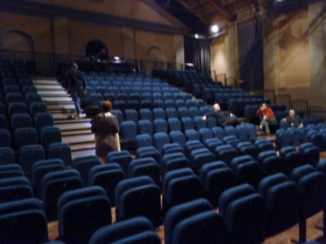 Platea del Teatro Cavallerizza di Reggio Emilia prima dello spettacolo Boston Marriage