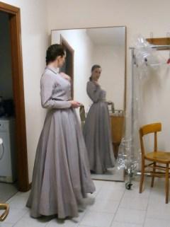 Valeria prova il costume in camerino