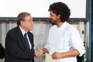 Jaques Mallard, Presidente de l' Académie Internationale de la Gastronomie, premia lo Chef Piergiorgio Parini Chef dell'Avvenire