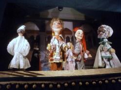 La prima sala de La casa dei Burattini di Otello Sarzi: le figure classiche (Pulcinella) e tradizionali (Fagiolino e Sandrone)