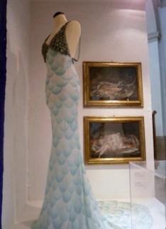 Abito pesce, L. Manzini 2008; quadri di Giovanni Rivalta (Faenza, 1756-1832) con pesci di mare - Mostra Il gusto della Contaminazione - MO - 28 maggio- 19 luglio 2015