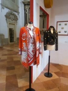 Moschino cappotto e abito stampato 2015 e bomber cotone con applicazione tappi di bottiglia 1986 - Mostra Il gusto della Contaminazione - MO - 28 maggio- 19 luglio 2015