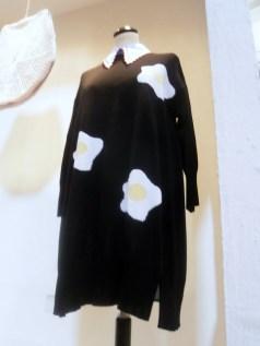 Vivetta, abito maglia con applicazione uovo e camicia, 2015 - Mostra Il gusto della Contaminazione - MO - 28 maggio- 19 luglio 2015