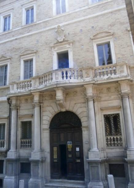 portone d'ingresso di Palazzo Compagnoni Marefoschi- Macerata