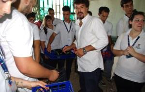 Lo chef Cristian Broglia durante la raccolta ortaggi - Summer School 2015 di Alma La Scuola di Cucina