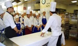 Lo chef Cristian Broglia assegna le preparazioni agli allievi - Summer School 2015 di Alma La Scuola di Cucina