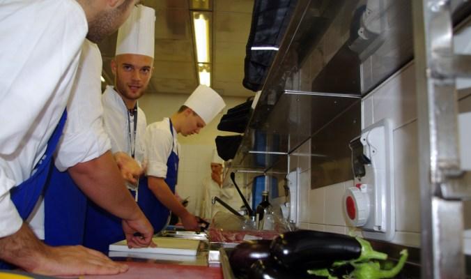 I ragazzi al lavoro per la preparazione della cena - Summer School 2015 di Alma La Scuola di Cucina