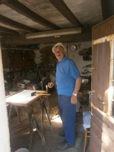 Francesco Valeriani nel suo garage-laboratorio