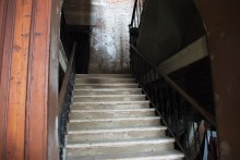 su per le scale nelle stanze del teatro