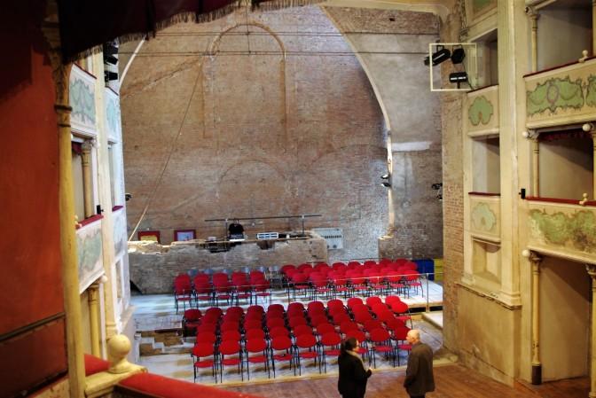 la platea e l'arco del teatro dai suoi palchetti
